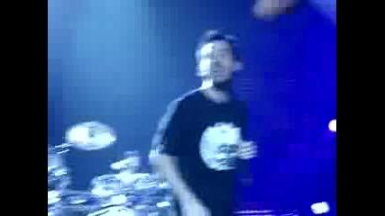 Chester izkarva Tyler (in The End live In Frankfurt)