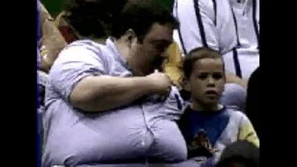 мъж яде сополите си