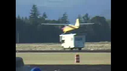 Самолет се презимява върху каравана