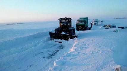 Russia: EMERCOM free cars buried in snow near Orenburg