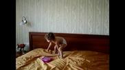 Михаела лудее в хотелската стая