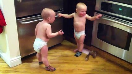 Разговор между бебета близнаци (смях)