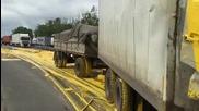 Руски тираджия си боядисва камиона при сблъсък ,но остава жив !