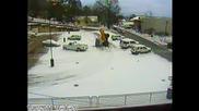 Снегорин потъва в огромна дупка на пътя