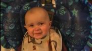 Сладък бебок реагира много емоционално , докато майка му пее