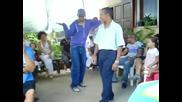 Баща и син си правят батъл на танци