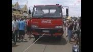 Мъж дърпа шест 10 - тонни камиона