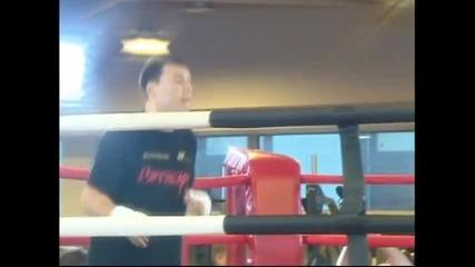 ВИДЕО: 62-годишният Мики Рурк готов да излезе на ринга