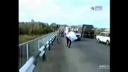 Камион отнася лада..!