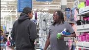 Момче си прави шега с хората в супермаркета