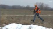 Ловец се опитва да улови фазан с лък и стрела