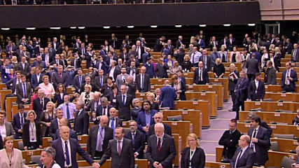 Belgium: MEPs sing Auld Lang Syne after Brexit vote