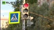Само в Русия - работещи светофари по средата на поляна