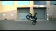 Разносвач на пица със скутер пада много яко