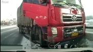 Колоездач оцеля като по чудо, след като камион го влачи 10м.
