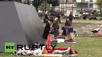 UK: Police wake-up homeless people sleeping at Russian sculpture in London