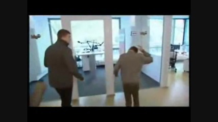 Justin Bieber се удря в стъкло