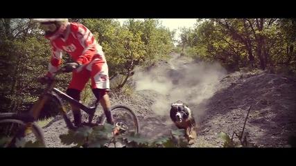 Максимум адреналин! Екстремно планинско спускане с кучето ..