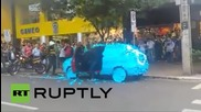 Шофьор в Бразилия получава урок за паркиране на място за инвалиди