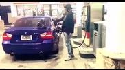 Страхотен Robot Dance на бензиностанция