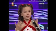 Малко момиче пее и плаче (bu ayrilik neden oldu)