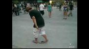 Мъртво пиян човек се опитва да си обуе джапанката
