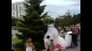 Абитуриент каца с парашут на бала си в Пловдив