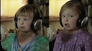 Две момиченца близначки пеят