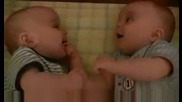 Сладки бебоци си говорят на техен език