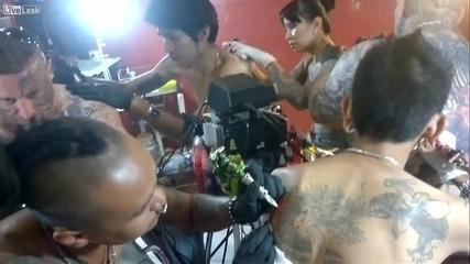 Татуисти татуират докато ги татуират