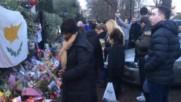 Фенове носят цветя пред дома на Джордж Майкъл