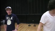 One Direction танцуват Gangnam Style