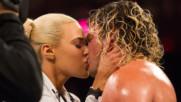 17 изпепеляващи целувки между Суперзвездите на WWE