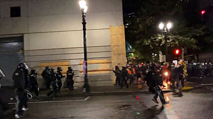 USA: Molotov cocktail thrown at police as Portland BLM demo declared riot