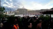 Круизен кораб прави музикален поздрав