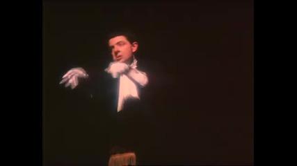 Rowan Atkinson - свири на невидимо пиано