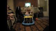 Бебе танцува в паякът на мелодия на телефон :)