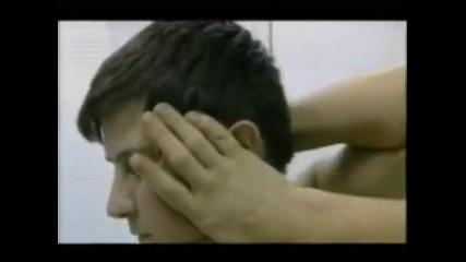 Ч У Д О ! Човек си върти главата на 180 градуса