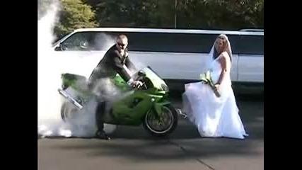 Младоженец прави бърнаут на сватбата си