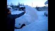 Хвърляне на чаша вряла вода във въздуха при - 30c градуса