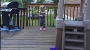 Куче си играе с малко дете