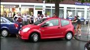 Пияни германски фенове надъхват жена да паркира!
