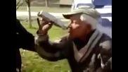 Полицай се опитва да вземе проба за алкохол от възрастен човек ( Много Смях )
