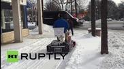 Мъж чисти снега докато е на тоалетната чиния