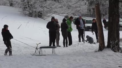 Деца и възрастни се радват на снега на Бузлуджа