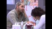 Докато повечето лъскат пода, тупат килими и бършат прозорци, Анжи и Радо са във фризьорския салон.