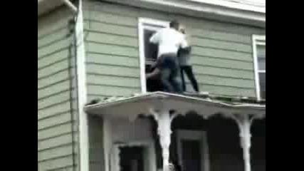 Пиян На Покрив - Хората Го Замерят