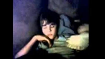 Justin Bieber спинка с мечето си Теди.. [ cute ]