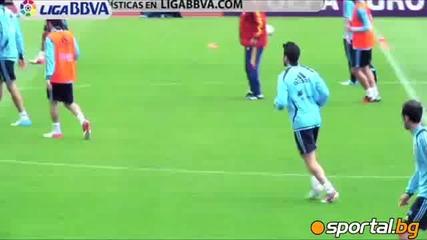 Фабрегас и Пике разпускат с тенис на маса преди двубоя срещу Франция