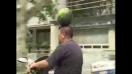 Интересен начин за превозване на дини